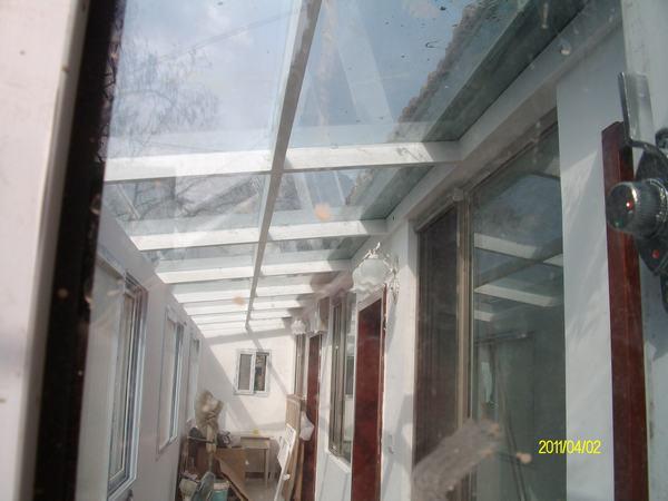 平房走廊玻璃顶内面.图片