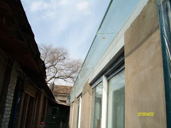 平房走廊玻璃顶外面.图片
